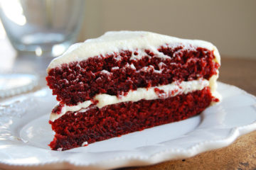 red velvet cake met frosting